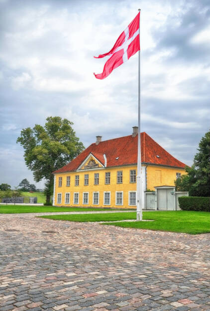 The Commander's House, Dänische Flagge (Dannebrog) in Kastellet, Kopenhagen, Dänemark, http://www.shutterstock.com/pic-244528756/stock-photo-the-commander-s-house-with-danish-flag-dannebrog-in-kastellet-copenhagen-denmark.html, © shutterstock.com (16.01.2015)