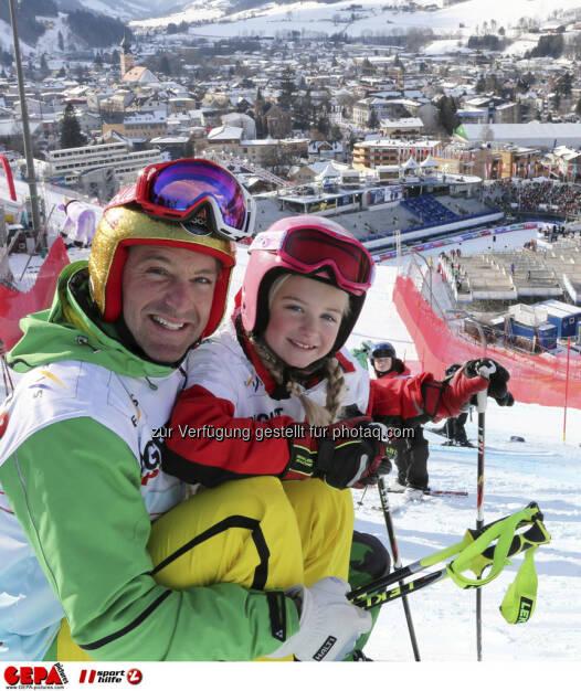Hans Knauss mit Tochter Nella. Foto: GEPA pictures/ Hans Simonlehner, © GEPA/Sporthilfe (10.02.2013)