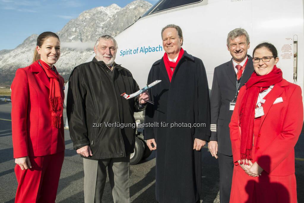 Franz Fischler, Präsident des Europäischen Forums Alpbach, und Jaan Albrecht, CEO von Austrian Airlines, tauften am Montag am Flughafen Innsbruck eine Turboprop Maschine des Typs Dash 8-400 auf den Namen Spirit of Alpbach., © Aussender (19.01.2015)