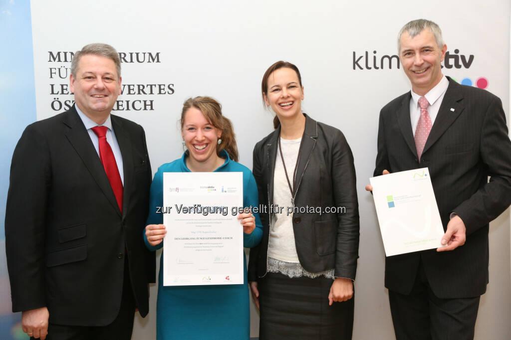 Umweltminister Andrä Rupprechter und Jugendministerin Sophie Karmasin zeichnen Jugendmobil-Coaches aus ganz Österreich aus - Jugendliche sind Vorbild für klimafreundliche Mobilität (Bild: BMLFUW/APA-Fotoservice/Schedl), © Aussendung (20.01.2015)