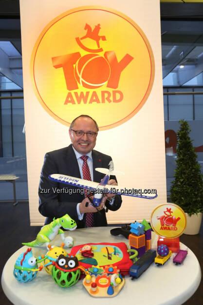 Ernst Kick, CEO Spielwarenmesse eG, verleiht zur Eröffnungsfeier der Spielwarenmesse den ToyAward für die besten Neuheiten 2015., © Aussender (22.01.2015)
