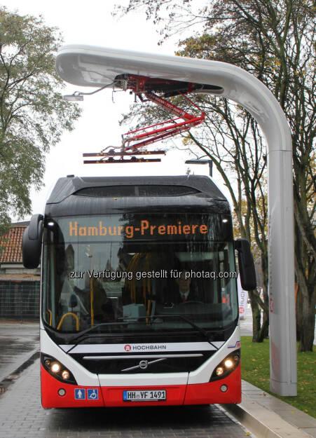 Die Hamburger Hochbahn AG präsentierte den neuen Elektro-Hybridbus für die Hamburger Innenstadt. Der neue Volvo-Bus verfügt über Plug-in-Technologie und wird von einem Siemens-Ladesystem mit Strom versorgt. Die Schnellladestationen sind die neueste Entwicklung von Siemens für Volvo Busse und Siemens kooperieren bei Elektrobussystemen: Hochleistungsladesysteme für Elektrobusse. Der Elektro-Hybridbus soll ab Dezember circa sieben Kilometer rein elektrisch und damit schadstofffrei auf der Innovationslinie 109 zwischen Alsterdorf und dem neu errichteten Elektrobus-Terminal durch Hamburg fahren., © Aussendung (29.01.2015)