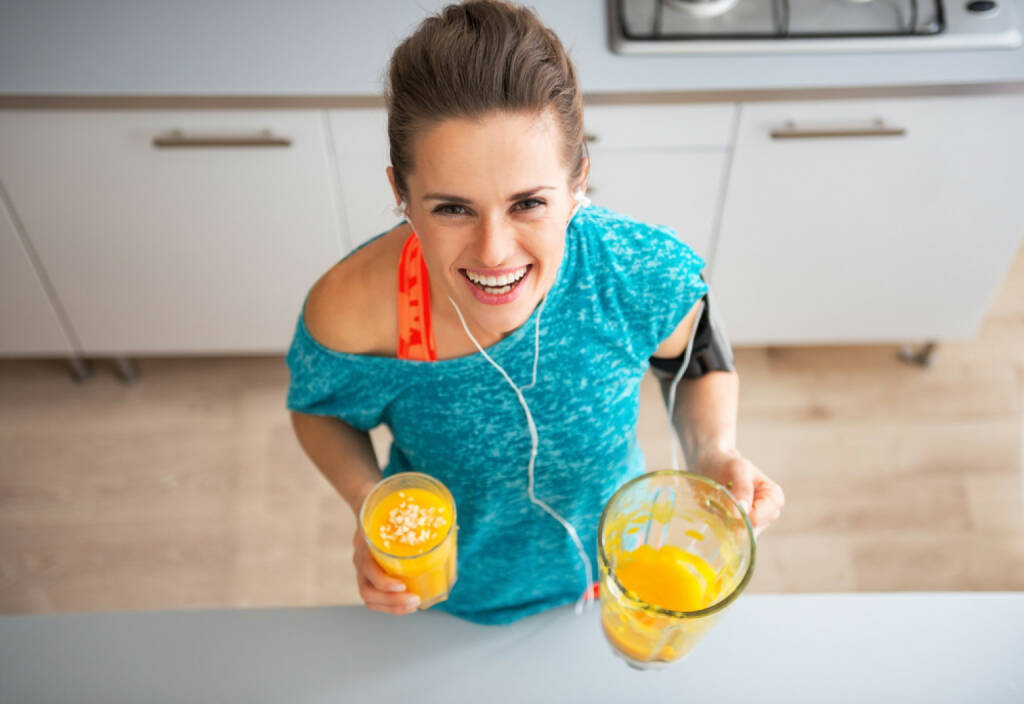 Runplugged, plugged, Musik, hören, Kopfhörer, Smoothie, http://www.shutterstock.com/de/pic-247502278/stock-photo-portrait-of-happy-fitness-young-woman-with-pumpkin-smoothie-in-kitchen.html, © www.shutterstock.com (03.02.2015)