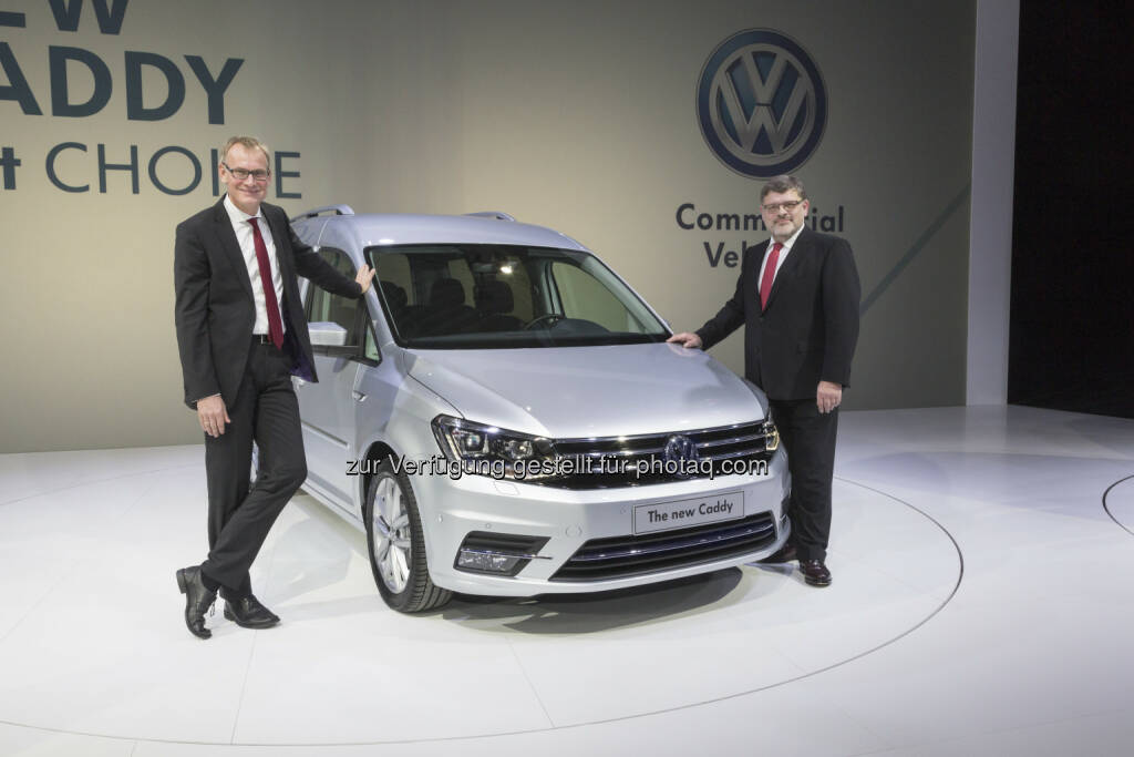 Der Vorstandsvorsitzende von Volkswagen Nutzfahrzeuge, Eckhard Scholz (links) und Entwicklungsvorstand Hans-Joachim Rothenpieler präsentieren in Poznan den neuen Volkswagen Caddy der VW Volkswagen Nutzfahrzeuge AG, © Aussendung (05.02.2015)