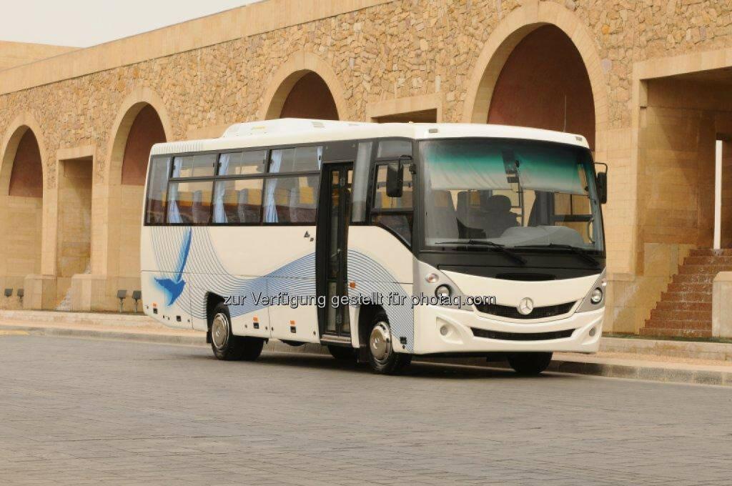 Daimler Buses startet mit dem Export von Bus-Fahrgestellen aus Indien: In der ägyptischen Hauptstadt Kairo läuteten Hartmut Schick, Leiter Daimler Buses, und Markus Villinger, Leiter Daimler Buses India, die Auslieferung der ersten Bus-Fahrgestelle an den langjährigen Geschäftspartner MCV ein., © Aussendung (10.02.2015)