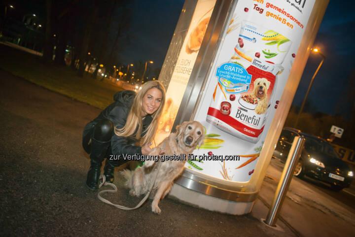 Yvonne Rueff und ihre Nikita: Purina PetCare Austria: Beneful Leucht-Säule sorgt für Spaß im Dunkeln