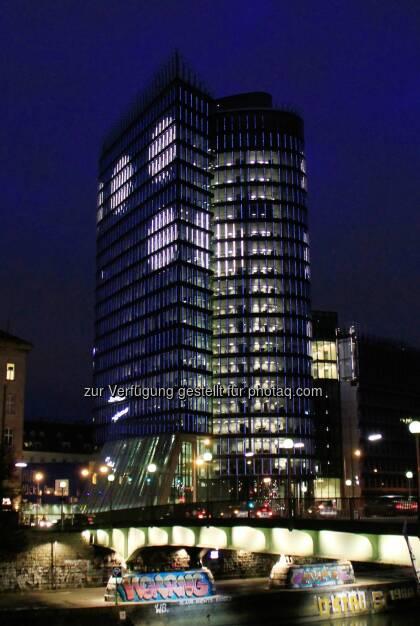 Uniqa Insurance Group AG: Kunst am Tower Teil zwei Schliere im Aug: Verschlüsseltes Gedicht zum 10-Jahr-Jubiläum des Uniqa Tower, © Aussender (16.02.2015)