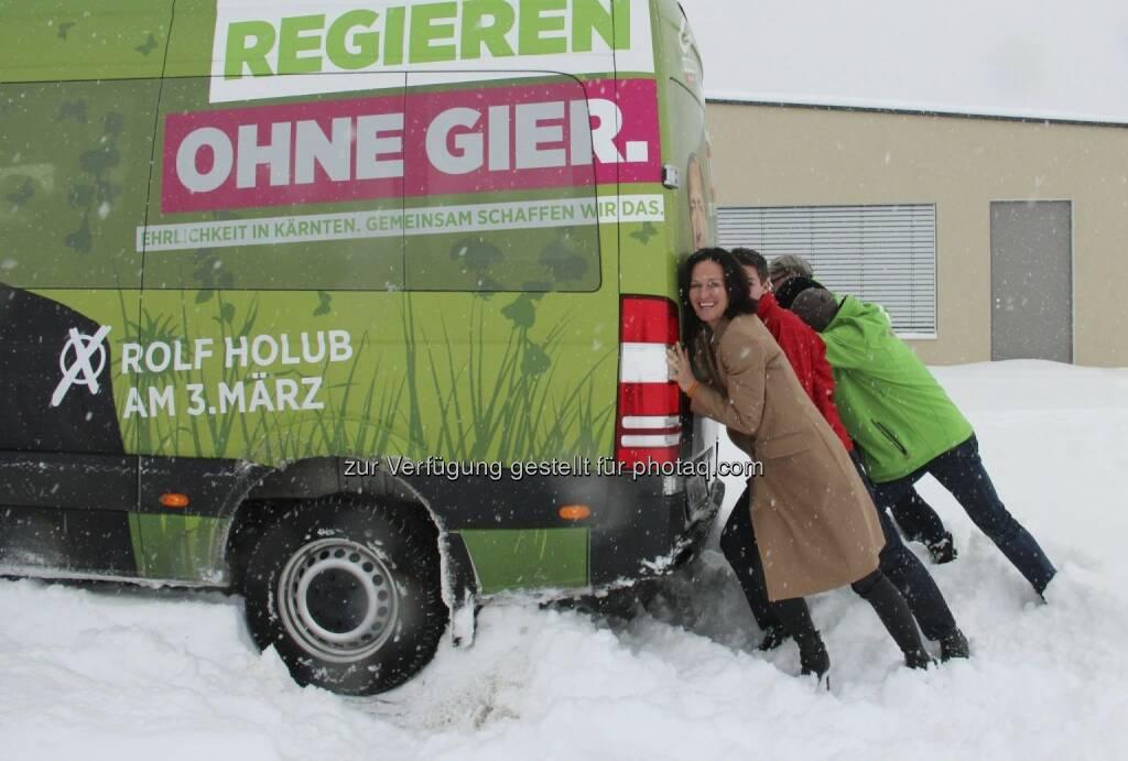 Eva Glawischnig hilft, den Tourbus von Rolf Holub anzuschieben - mit freundlicher Genehmigung von https://www.facebook.com/gruenekaernten (15.02.2013)