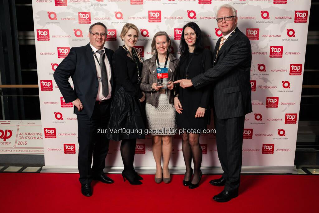 Werner Vogelsang, Senior Director Human Resources DHL Express Österreich (rechts außen) mit DHL Epress Mitarbeitern: DHL Express wurde erstmalig als Top Employers Austria 2015 zertifiziert, © Aussendung (25.02.2015)