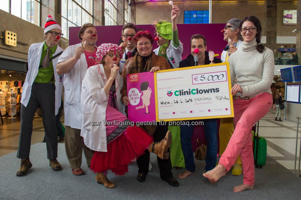 CliniClowns mit Liane Steiner (Generalsekretärin des Vereins CliniClowns Austria), puls4 Moderator Chris Stephan und Rebecca Widerin (Strategische Leiterin des Eskimo Eiscremegeschäfts): BuzzDriver - Agentur für moderne Kommunikation e.U.: 500 Eisfans feiern den Plattfuß mit Österreichs größtem Barfuß- Flashmob und sammeln 5.000 Euro Spenden für die CliniClowns, © Aussender (25.02.2015)