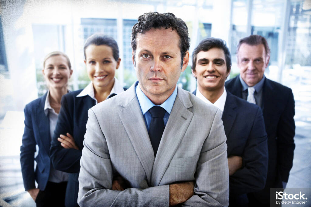 Vince Vaughn - Portrait of a handsome business leader crossing his arms with his team standing behind him - iStock, Getty Images (04.03.2015)