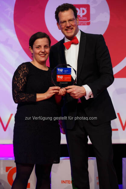 Nina Pirker (HR JTI Austria), David Plink (CEO Top Employers Institute): Japan Tobacco International (JTI) / Austria Tabak: JTI Austria 2015 erneut als Top Arbeitgeber zertifiziert, © Aussendung (06.03.2015)