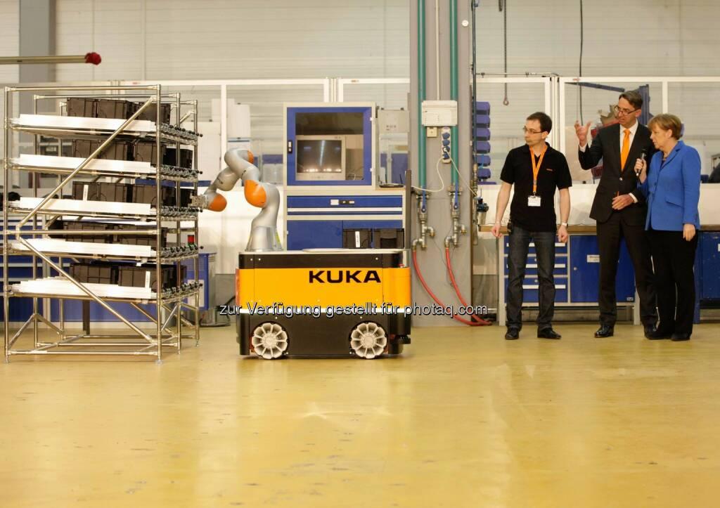 Christoph Bick, Till Reuter und Angela Merkel: Kuka - Automatisierung in der Schraubenlogistik mit dem KMR iiwa - Besuch von Bundeskanzlerin Angela Merkel, © Aussender (13.03.2015)