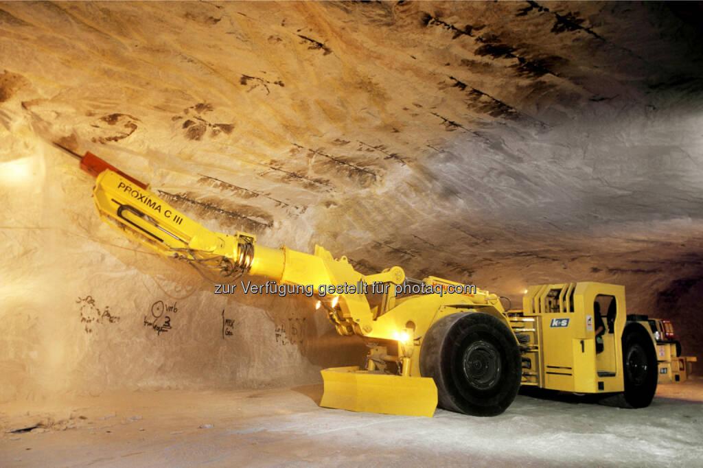 K+S - Kalibergbau: Mit den Beraubemaschinen werden Gesteinsbrocken, die sich an den Decken oder Wänden der Grubenbaue gelockert haben, kontrolliert gelöst, damit sie nicht unerwartet herabfallen. (Bild: K+S, © Aussender (16.03.2015)