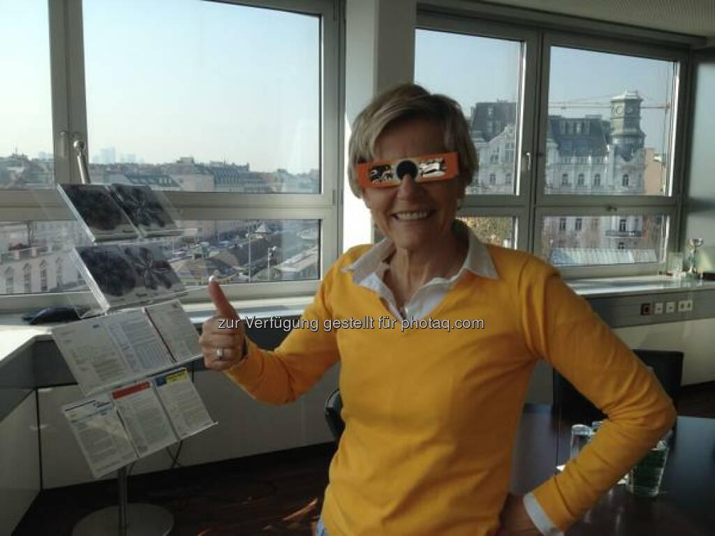 S Immo - Eine #Sonnenfinsternis Brille für 30 Mitarbeiter - das ist Teambuilding :-) http://twitter.com/simmoag/status/578841064989179904/photo/1  Source: http://facebook.com/simmoag, © Aussendung (20.03.2015)