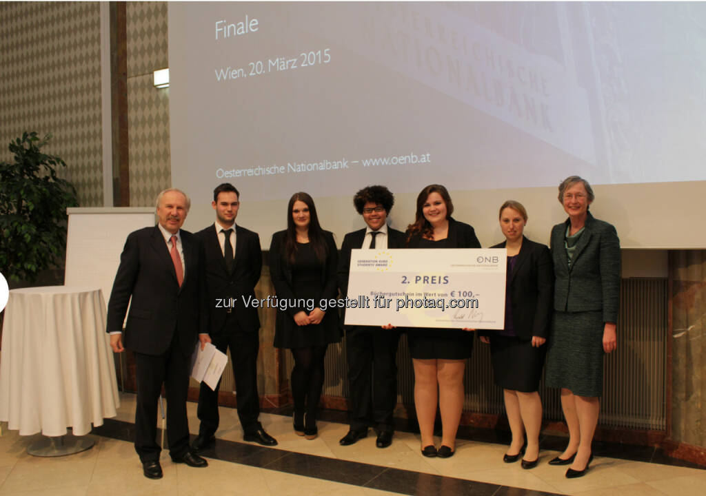 OeNB-Gouverneur Ewald Nowotny mit dem Team MC Projekt der HAK Bruck/Leitha, 2. Platz beim OeNB/EZB-Schulwettbewerb, © Aussendung (23.03.2015)