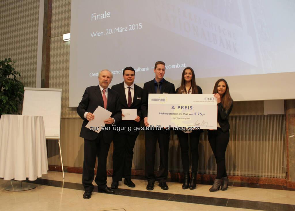 OeNB-Gouverneur Ewald Nowotny mit dem Gewinner des 3. Platzes beim OeNB/EZB-Schulwettbewerb, der HAK Zell/See, © Aussendung (23.03.2015)