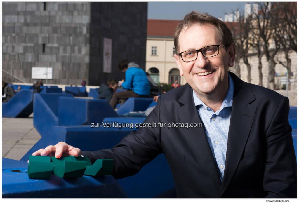 Christian Strasser (MQ Direktor) präsentiert das Ergebnis des Farbvotings  - Es ist entschieden: die MQ Fans haben über die Farbe der neuen MQ Möbel abgestimmt. Sieger ist mit 49% die Farbe Mermaid, gefolgt von Tangerine mit 28% und Electro mit 23%. Insgesamt haben sich am Voting 5.317 Personen beteiligt (Bild: MuseumsQuartier Wien/Lukas Beck), © Aussender (07.04.2015)