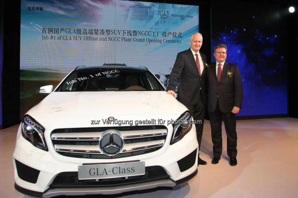 Hubertus Troska (Vorstandsmitglied der Daimler AG) und Frank Deiss (Präsident und CEO von Bbac) bei der feierlichen Eröffnung des neuen Kompaktwagen-Werks in Peking., © Aussendung (09.04.2015)