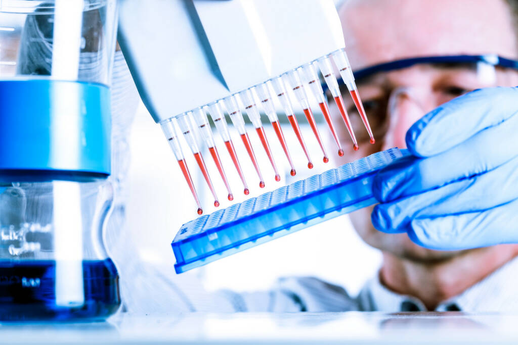 Biotech, DNA http://www.shutterstock.com/de/pic-209206780/stock-photo-scientist-uses-multipipette-during-dna-research.html, © www.shutterstock.com (30.04.2015)