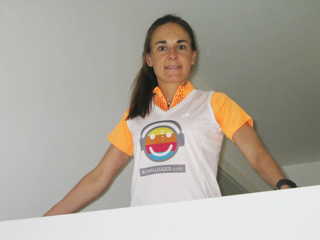 Carola Bendl-Tschiedel (Raiffeisen) im Runplugged Shirt, © Diverse  (04.05.2015)