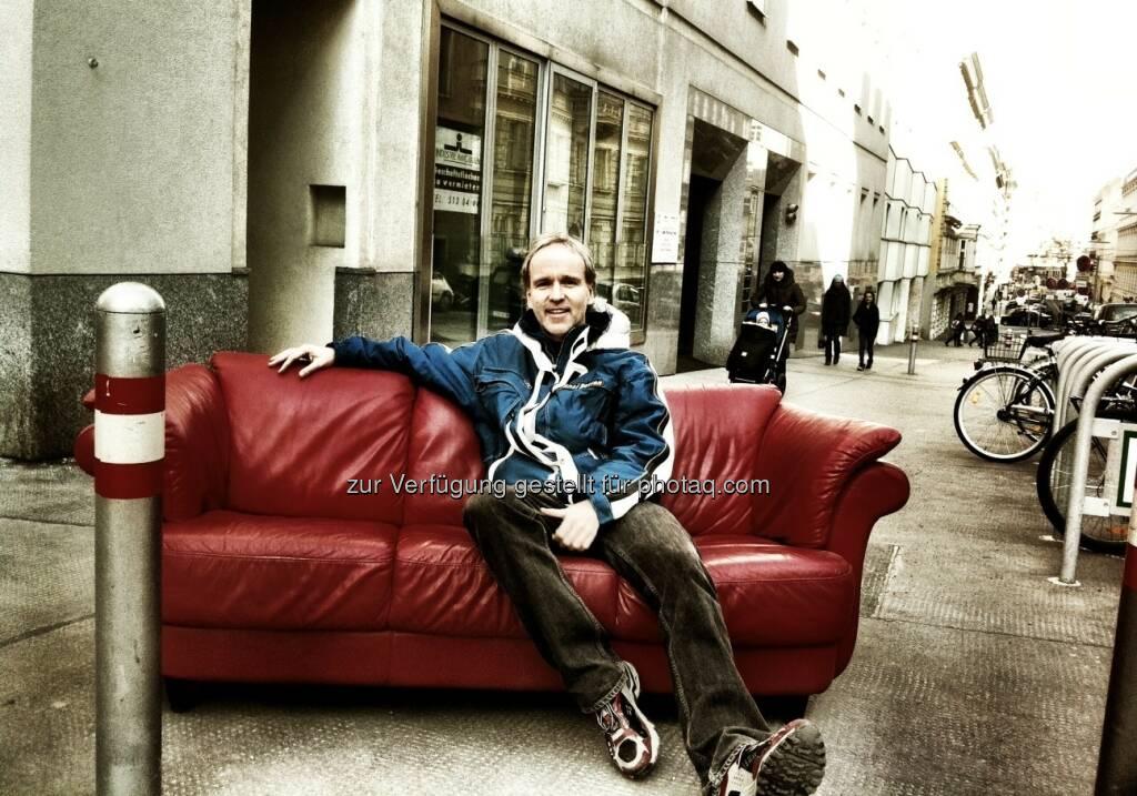 Die Couch, die Berggasse und der Typ hat a Freud ... Christian Drastil 2012 bei seinem Büro-Auszug beim Börse Express (c) Chladek (25.02.2013)