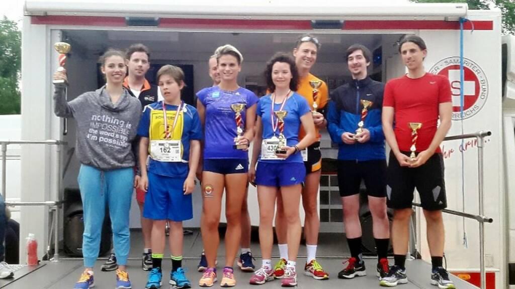 Elisabeth Niedereder von den Tristyle Runplugged Runners (Bild Mitte li.) gewinnt den Herzlauf im Donaupark, Bild Mitte re. Marianne Kögel  (07.05.2015)