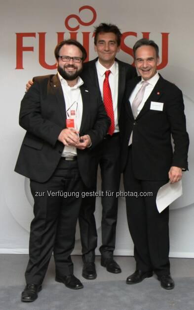 Markus Reitshammer (links) nimmt die Auszeichnung von den beiden Fujitsu Managern Blätterbauer und Hammerschmid entgegen. comm.ag Communication Agency GmbH: Das Tiroler IT-Unternehmen Re-Systems ist der Fujitsu Botschafter des Jahres 2014. , © Aussendung (14.05.2015)