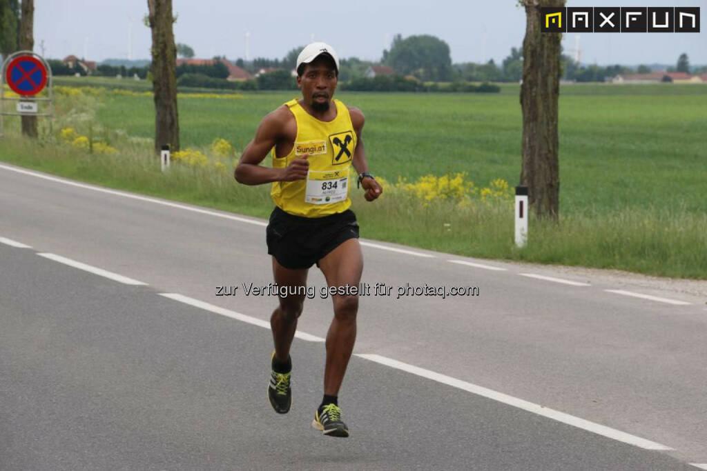 Sieger Halmarathon Raiffeisen Schlössermarathon 2015: Alfred Sungi, © MaxFun Sports (17.05.2015)