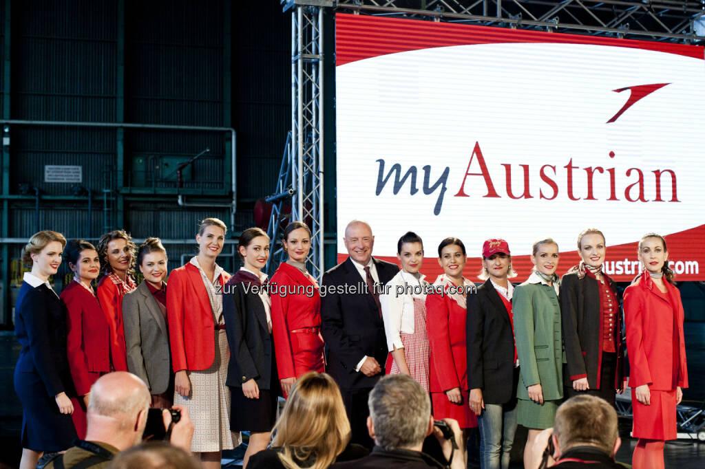 Kay Kratky (zukünftiger CEO Austrian) mit Crew in Uniform (Copyright: Austrian Airlines – Michele Pauty), © Aussendung (19.05.2015)