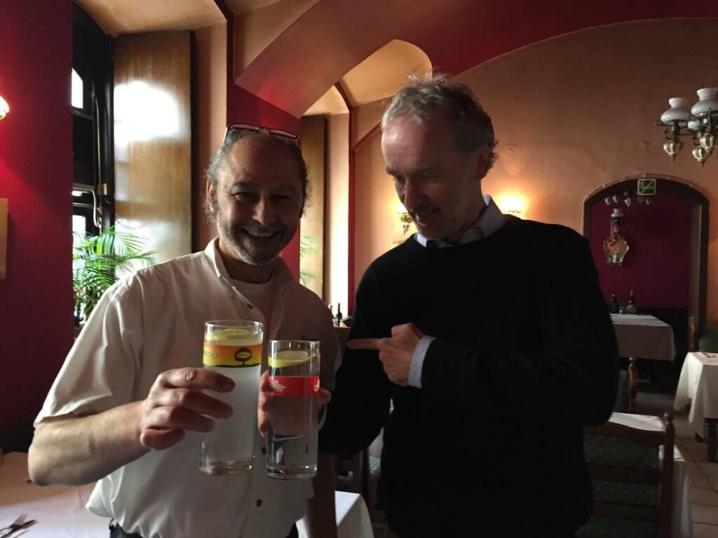 Hakim Hadi (li.), Pizzeria Valentino in der Berggasse 6, spendiert durstig andockenden LäuferInnen ein Glas Soda Zitron oder Wasser. Garantiert unkompliziert (27.05.2015)