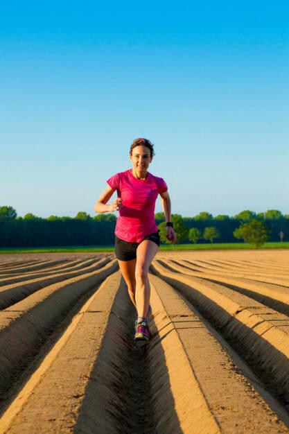 Carola Bendl-Tschiedel läuft zwischen Erdäpfelzeilen, Foto: Inger Diederich, © Diverse  (28.05.2015)