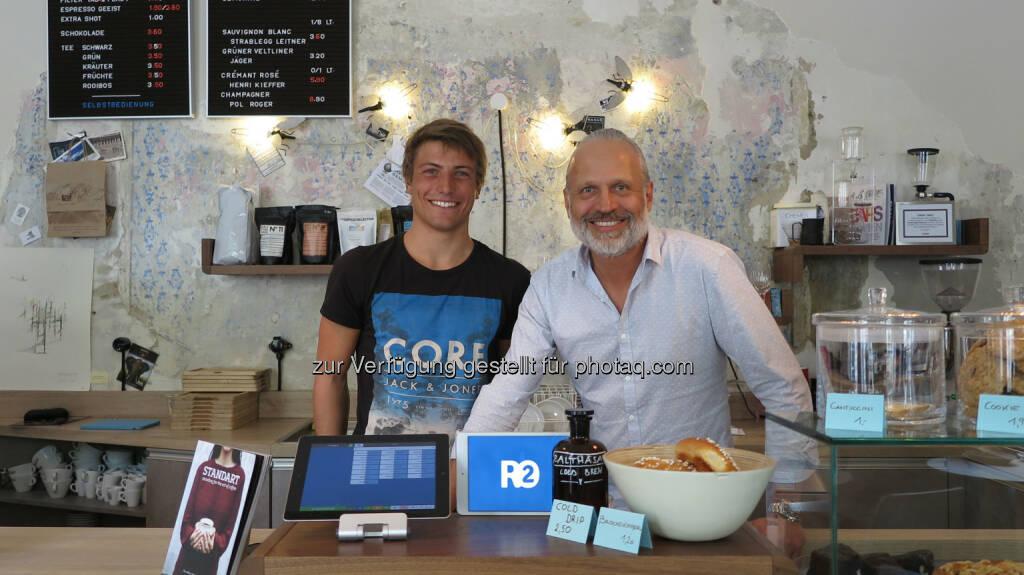 Gründer Christopher Fuchs mit zufriedenem Geschäftsführer der Kaffee Bar Balthasar: ready2order: Einfache und günstige Lösung für die Registrierkassenpflicht, © Aussendung (28.05.2015)