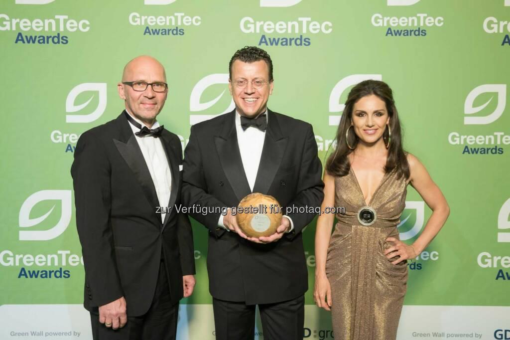 Klaus Dittrich (Messe München), Steven Althaus (BMW), Nazan Eckes: Doppelsieg für BMW i bei GreenTec Awards (C) BMW, © Aussendung (01.06.2015)