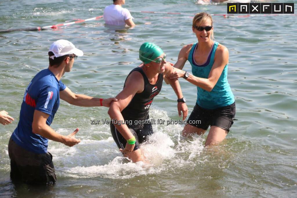 Linz Triathlon, erschöpft, Hilfe, helfen, © MaxFun Sports (07.06.2015)
