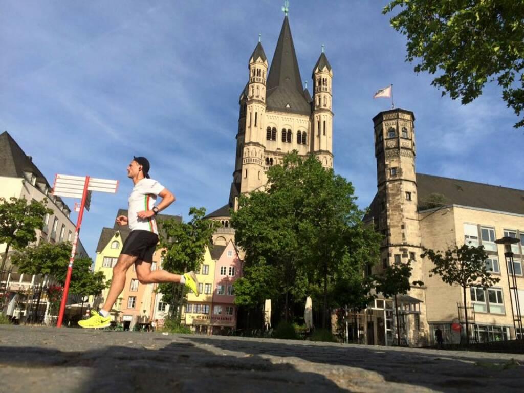 Andreas Schweighofer (Wienerwaldschnecken) läuft beim Kölner Dom, © Diverse  (08.06.2015)