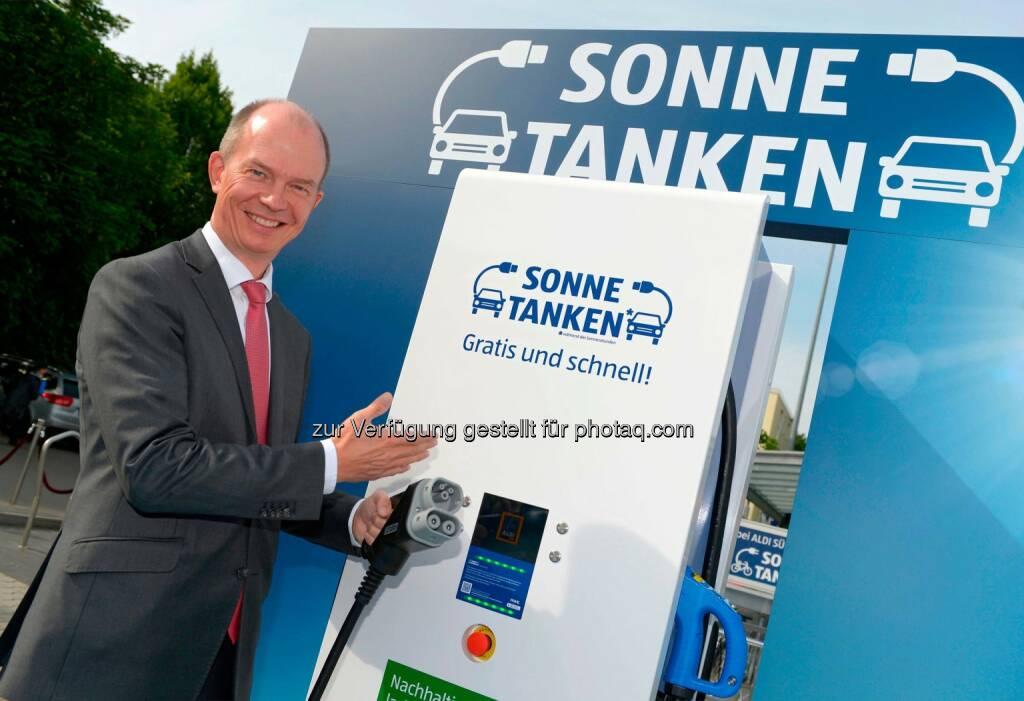 Dietrich Gemmel, Vorsitzender der Geschäftsführung der RWE Effizienz: Aldi Süd nimmt in Stuttgart kostenfreie Schnellladesäule für Elektrofahrzeuge in Betrieb., © Aussendung (10.06.2015)