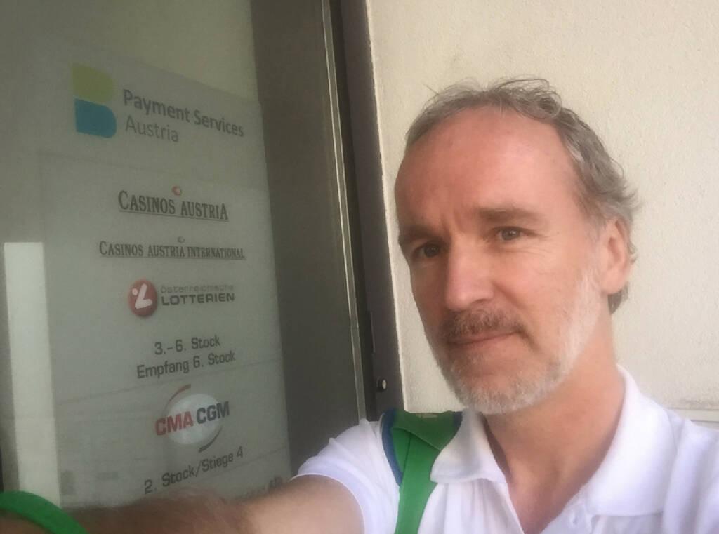Christian Drastil auf dem Weg ins neue Sporthilfe-Office. Nach jahrelangen Besuchen in der Marxergasse muss man den richtigen Eingang am Rennweg erstmal finden. Was man dort findet, ist jedenfalls geballte Sportkompetenz (10.06.2015)