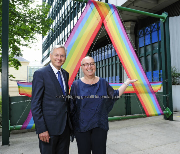 Bundesminister Alois Stöger (l.) und Gesundheitsministerin Sabine Oberhauser hissen die Regenbogenfahne als Zeichen für Vielfalt und Toleranz. © BMVIT / Johannes Zinner