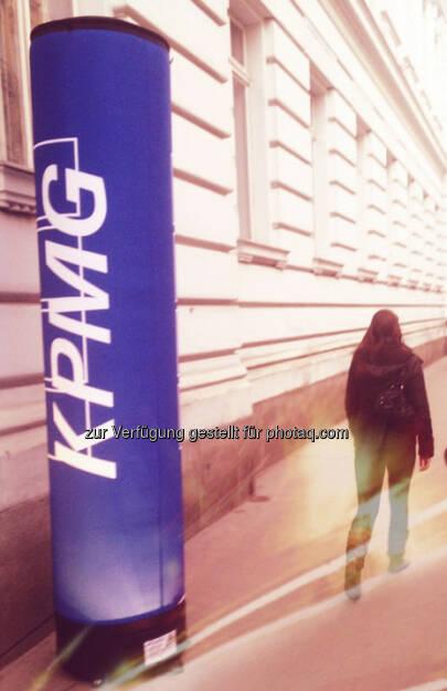 KPMG erobert den Gehsteig in der Porzellangasse (vor dem ehemaligen Austria Tabak-Headquarter): KPMG = Kein Personenfussverkehr, Mein Gehsteig (06.03.2013)