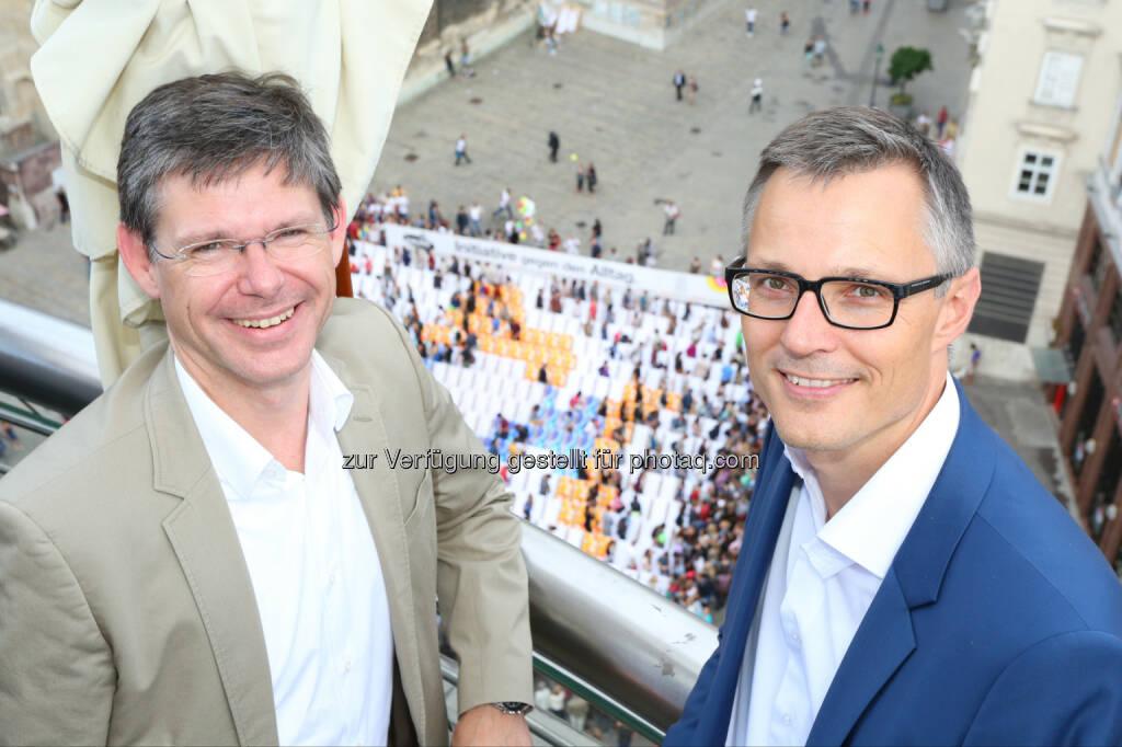 Rudolf Schrefl (3CCO), Jan Trionow (3CEO): Hutchison Drei Austria Gmbh: Auftakt zur 3Liegestuhl-Pause am Stephansplatz, © Aussender (17.06.2015)