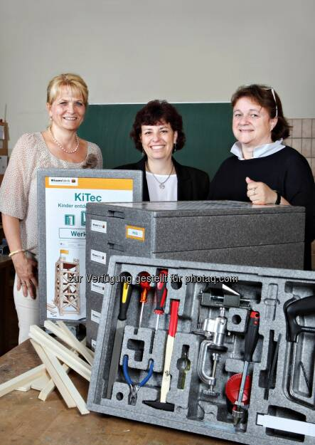 Claudia Rudolf-Misch (Kapsch AG), Andrea Kerbler-Lehner (Direktorin Volksschule 10), Doris Kruschitz-Bestepe (Kapsch AG): Kapsch AG: Kapsch unterstützt die Wissensfabrik, (C) Kaps AG, © Aussender (23.06.2015)