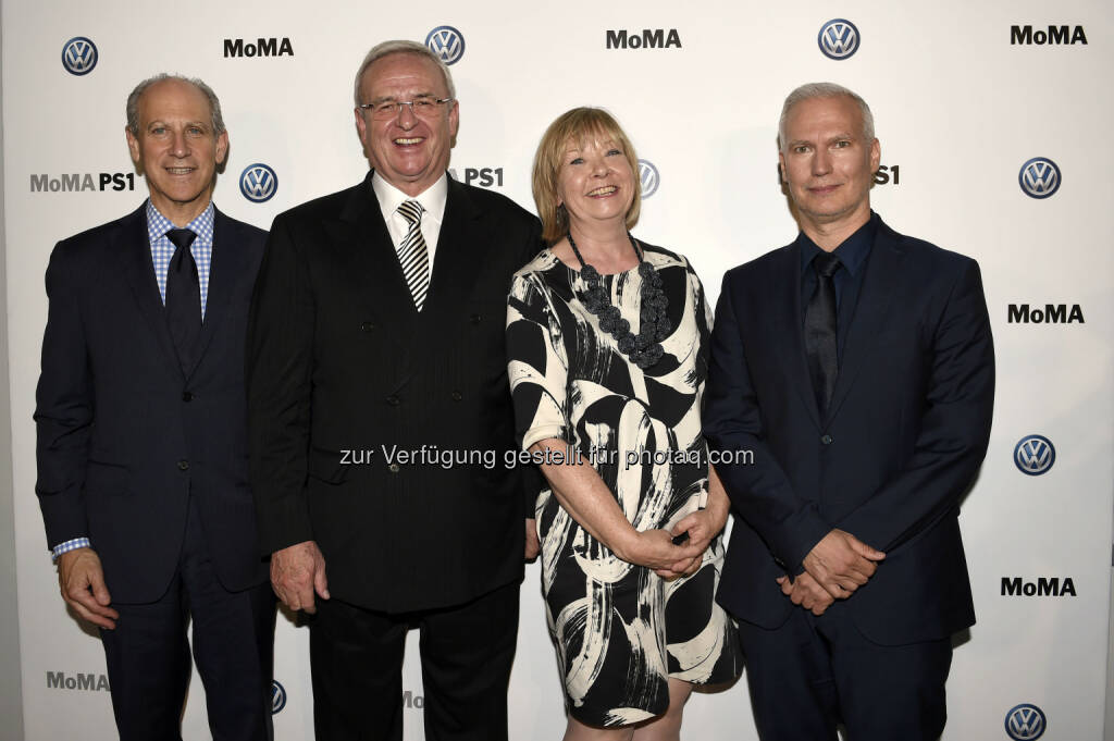 Glenn D. Lowry, Direktor des Museum of Modern Art (MoMA); Martin Winterkorn, Chairman of the Board of Directors Volkswagen Group of America sowie Vorstandsvorsitzender der Volkswagen Aktiengesellschaft; Wendy Woon, Edward John Noble Deputy Direktorin Bildung; Klaus Biesenbach, Direktor MoMA PS1 und Chief Curator at Large MoMA.: VW Volkswagen AG: Neues Kapitel in der langjährigen Partnerschaft zwischen dem Volkswagen Konzern und dem Museum of Modern Art sowie MoMA PS1 (C) Volkswagen AG, © Aussendung (26.06.2015)