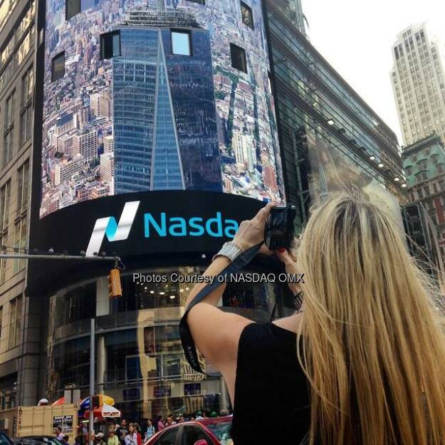 Foto #NasdaqArtist @nyroamer #photographs her #photos on the #Nasdaq Tower! So #Meta  Source: http://facebook.com/NASDAQ, © Aussendung (28.06.2015)