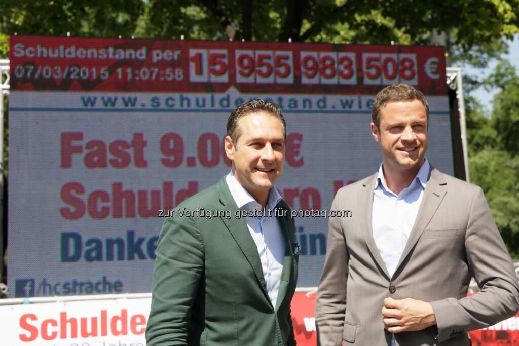 HC Strache und Johann Gudenus vor dem Schuldenticker der FPÖ-Wien (Bild: Andreas Ruttinger, FPÖ-Wien) (03.07.2015)