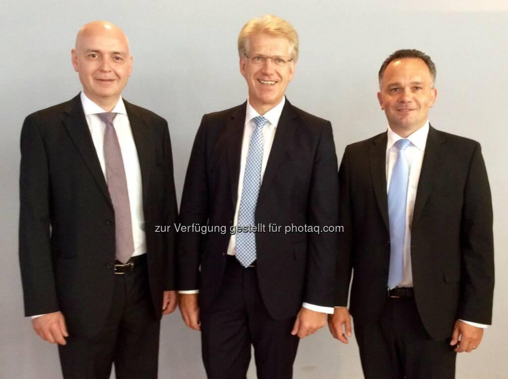 CFO Martin Hipp und CEO Dieter Manz mit dem neuen COO Martin Drasch (von links nach rechts) bei der Hauptversammlung 2015, (C) Manz AG, © Aussender (07.07.2015)