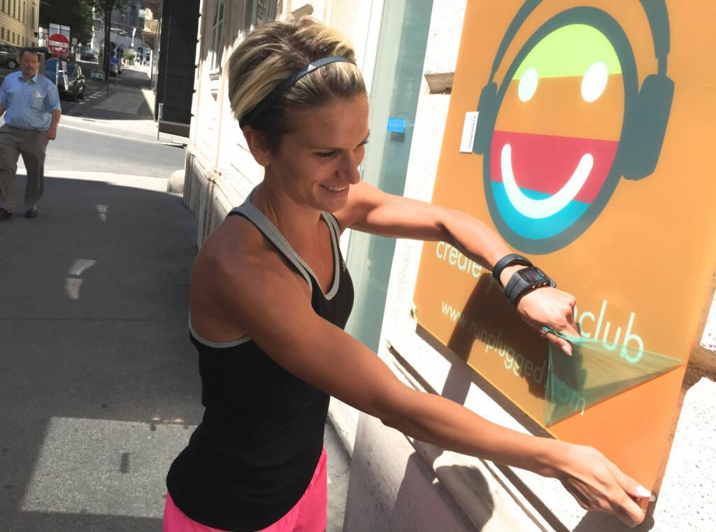 Elisabeth Niedereder entpackt Runplugged bei Tristyle http://runplugged.com/static/rp_create_your_runclub_orange.pdf (12.07.2015)