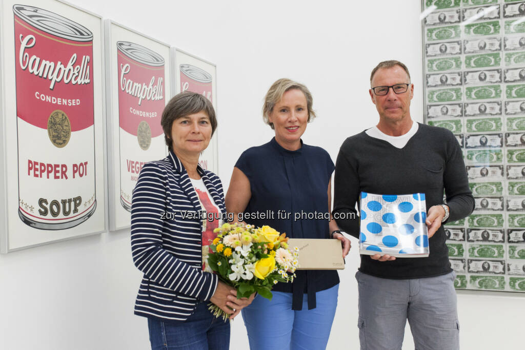 Michaela Gesell, Karola Kraus (mumok), Herr Gesell : Das mumok feiert den 100.000 Besucher der Ausstellung Ludwig Goes Pop : (c) mumok Presse, © Aussender (14.07.2015)