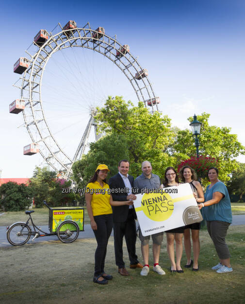 Alexandra Rohrhofer (Vienna Sightseeing Tours), Paul Blaguss (Vienna PASS), Clemens Hallas & Bettina Weber (Gewinner), Ulrike Piringer (Vienna PASS), Sabrina Unzeitig (Wiener Riesenrad) : Vienna PASS : Ehrung 125.000. Eintritt  ©  Vienna PASS / Martin Steiger, © Aussendung (27.07.2015)