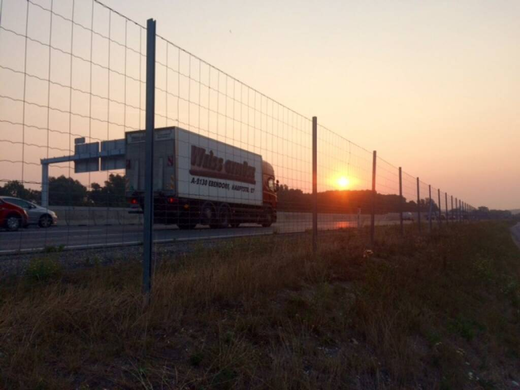 Sonnenaufgang, diesmal nicht über der Donau, sondern der S5, © Martina Draper (13.08.2015)